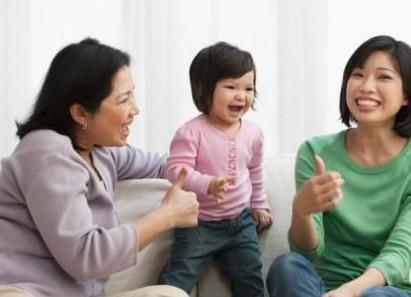 家庭教育:当着别人的面赞美孩子,给孩子信心