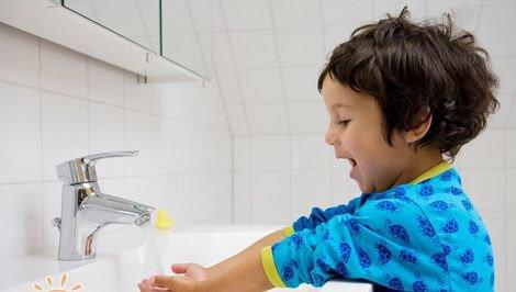 如何培养宝宝讲卫生的好习惯:让孩子当家庭卫生检查员