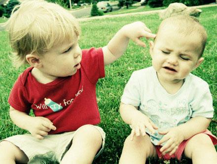 如何教育打架欺负别人的孩子:喜欢你帮助别人的样子