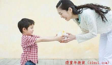 结合肢体语言的关爱,或让孩子更懂您的爱