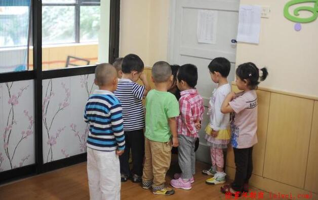 这个简单的心理效应,越早教给孩子,他在跟小朋友交往中越占优势