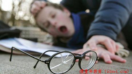 孩子被同学欺负了,父母第一句话请一定说这句!