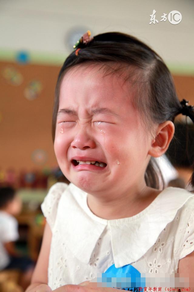 看着哭得撕心裂肺的女儿,妈妈没有打也没有骂,头也不回的走了