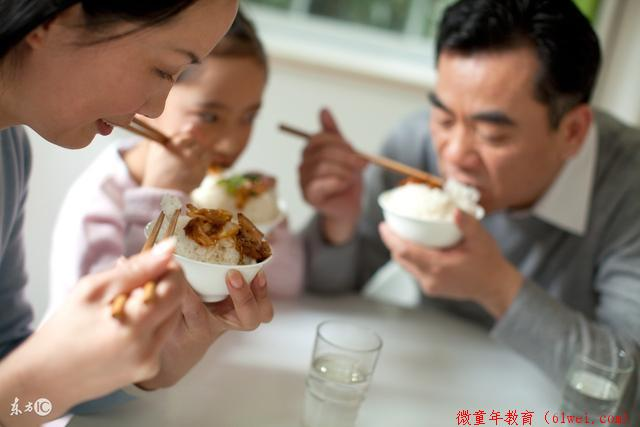 家庭教育故事:儿子把吃剩的骨头放进爸妈碗里,母亲笑了,父亲却哭了