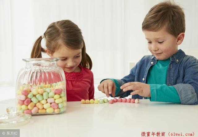 当你逼迫孩子分享时,就是亲手毁了两个娃,一个自卑一个熊